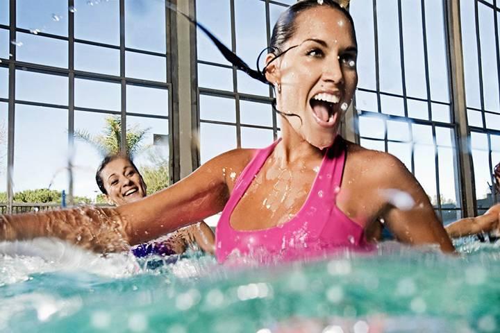 Польза плавания для здоровья мужчин и женщин: что дает бассейн для укрепления здоровья, плюсы для организма, есть ли вред?