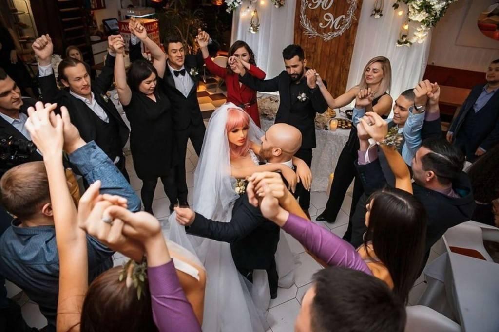 Женившийся на кукле бодибилдер заведет еще несколько резиновых любовниц — включая курицу ► последние новости