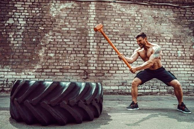 Кувалда для кроссфита: как правильно бить по покрышке, особенности тренировки с молотом