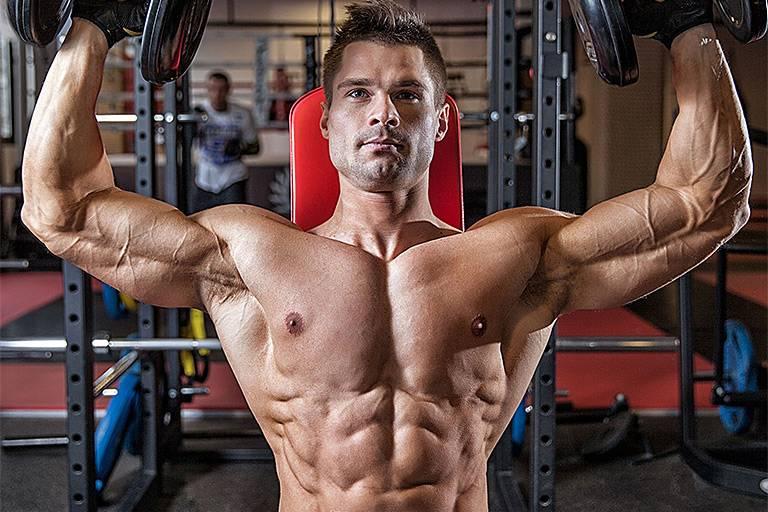 Силовые упражнения в бодибилдинге в тренажерном зале для мужчин