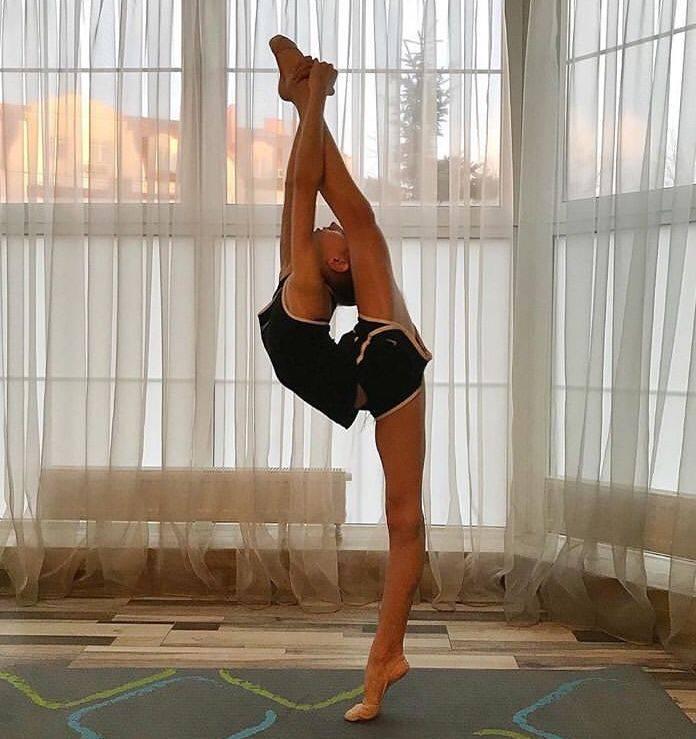 Вертикальный шпагат: упражнения для поперечного и продольного шпагата стоя у стены