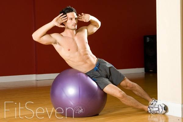 Как правильно выполнять скручивания на гимнастическом мяче (фитболе)?