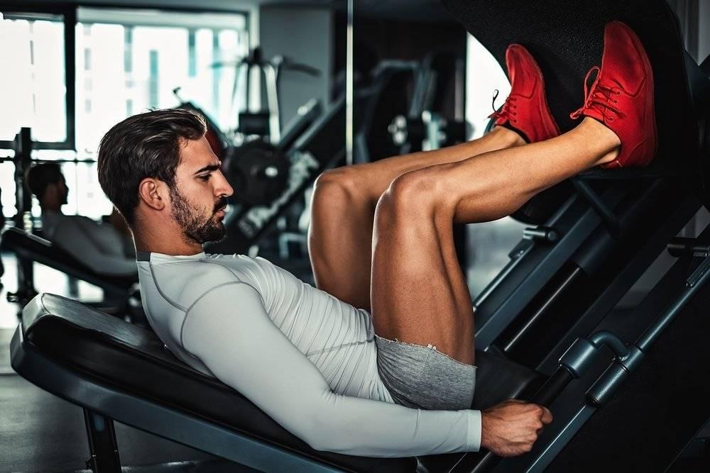 Тренировка ног в тренажерном зале для мужчин