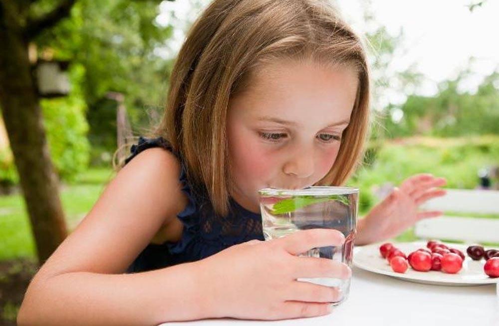 Пить воду по утрам: польза и риски