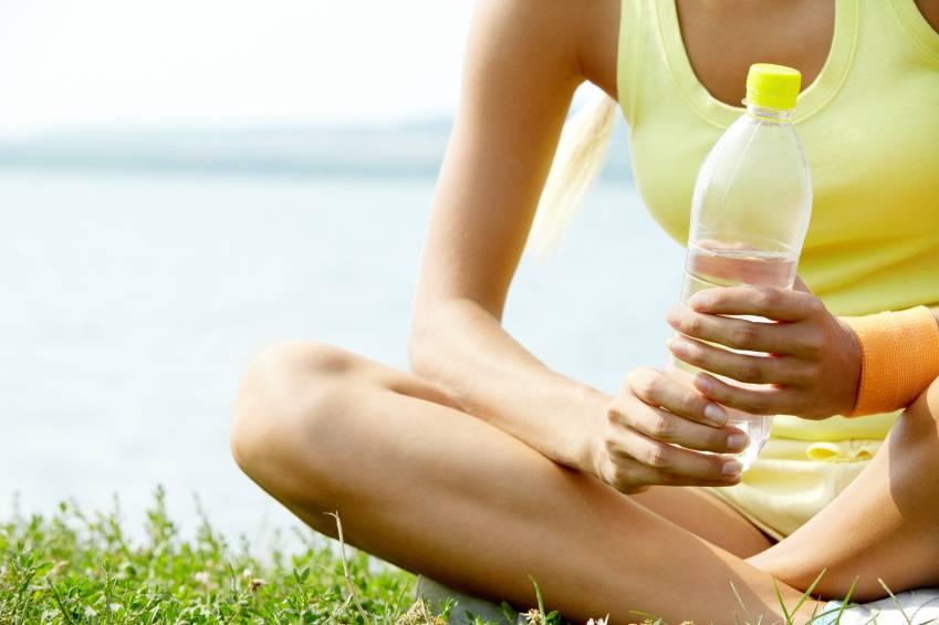 Можно ли пить воду во время, после тренировки и почему