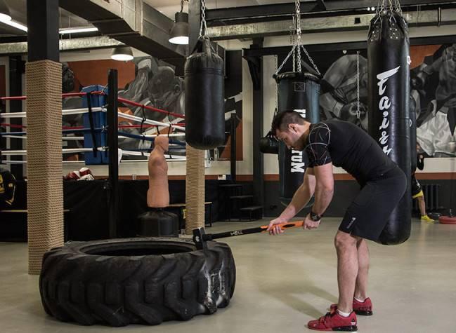 Упражнение с кувалдой: для чего нужны удары молотом по покрышке в кроссфите