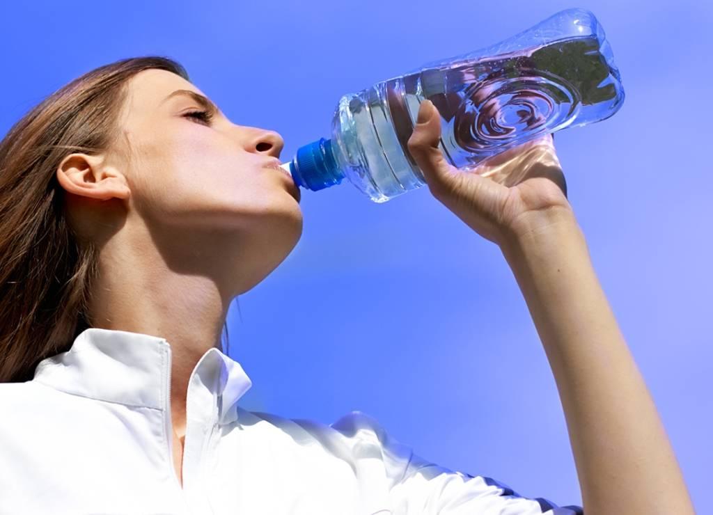 Как правильно пить воду во время тренировок?