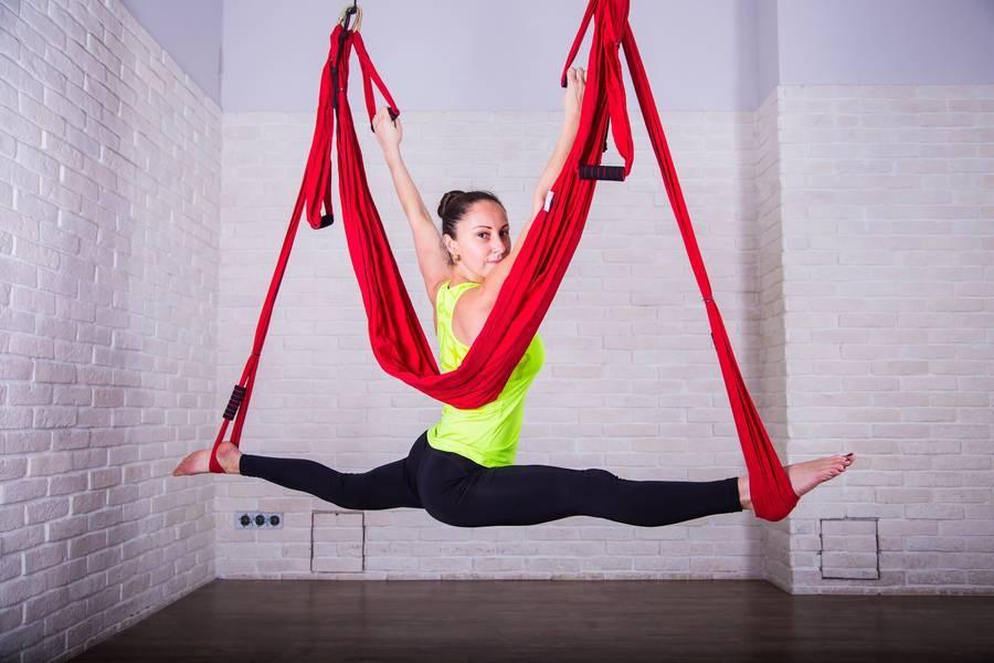 Аэростретчинг: польза растяжки на полотнах + 5 упражнений для начинающих