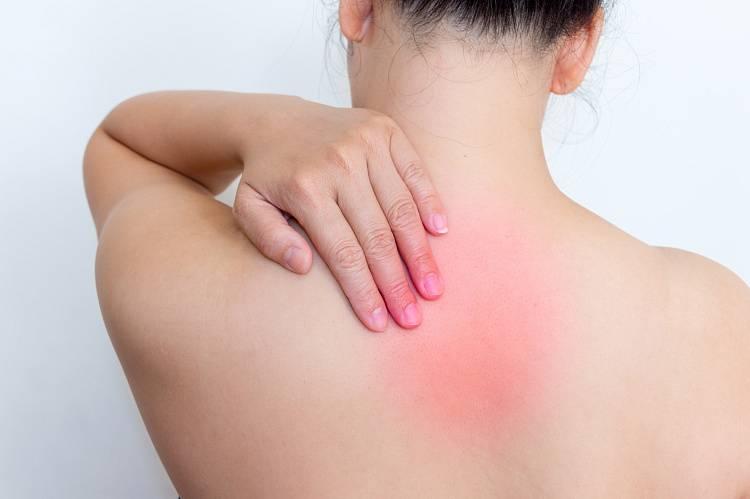 Почему возникает боль в спине между лопатками: причины и методы лечения