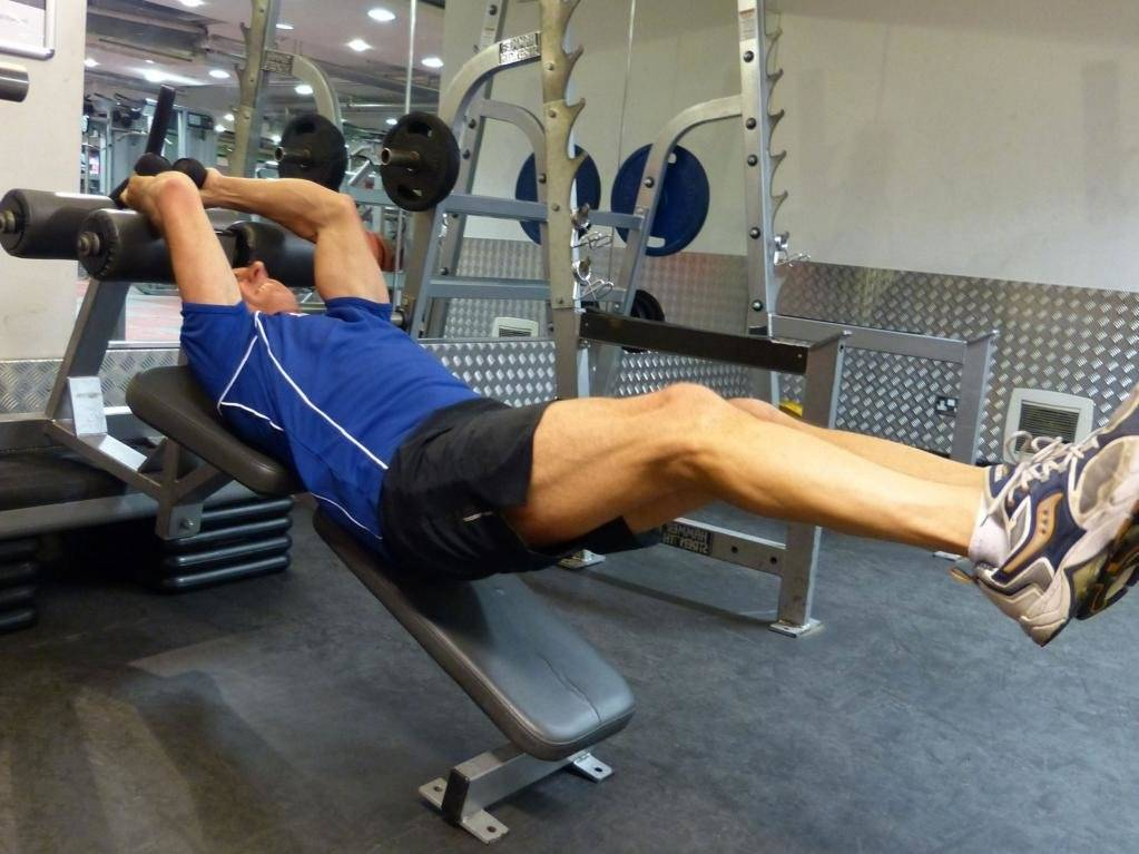Скручивания на пресс лежа на полу для девушек и мужчин: техника выполнения упражнения