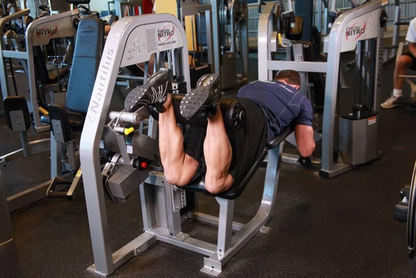 Лучшие упражнения на бицепс бедра, которые можно выполнять в тренажерном зале и дома