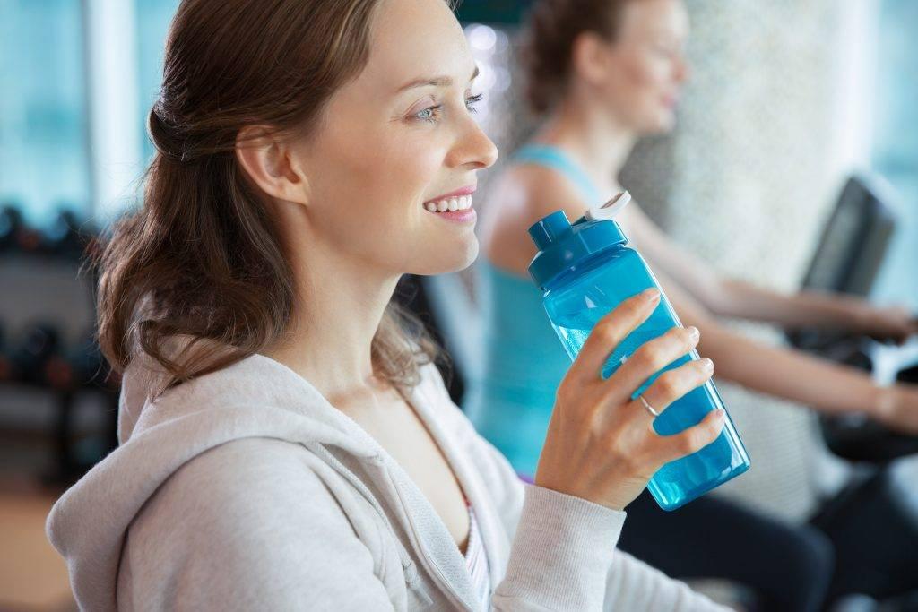 Пить воду во время тренировки: можно ли и стоит ли, сколько надо, как правильно употреблять, какую жидкость нужно выбрать?