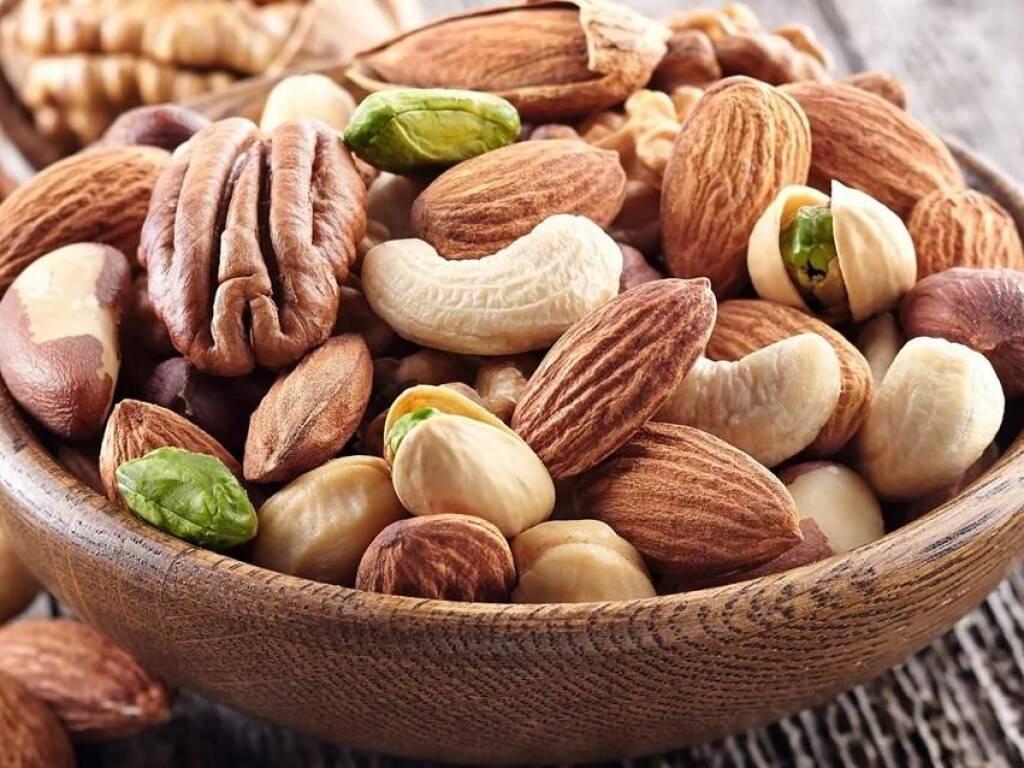Орехи для спортсменов: какие есть для набора мышечной массы, в чём польза плодов для роста мышц, полезно ли питание ими на ночь, и топ-3 лучших вида для бодибилдинга