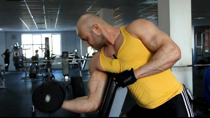 Упражнения на бицепс дома с использованием подручных средств и собственного веса