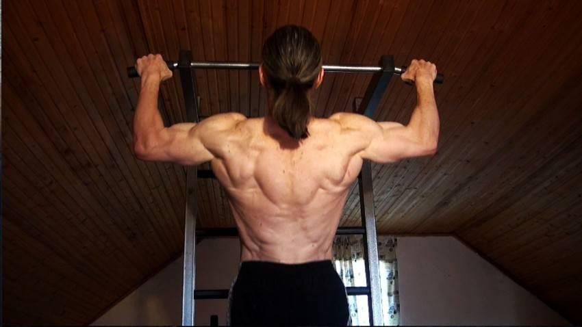 Упражнения для накачки спины дома и тренажерном зале для мужчин