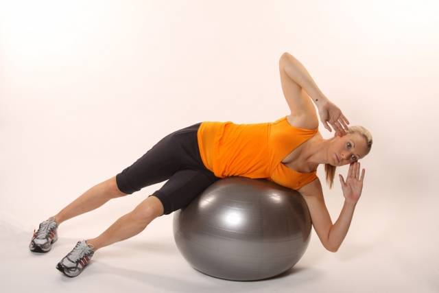 Скручивания на фитболе: 4 варианта упражнения