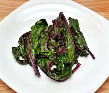 Как использовать листья свеклы в суп