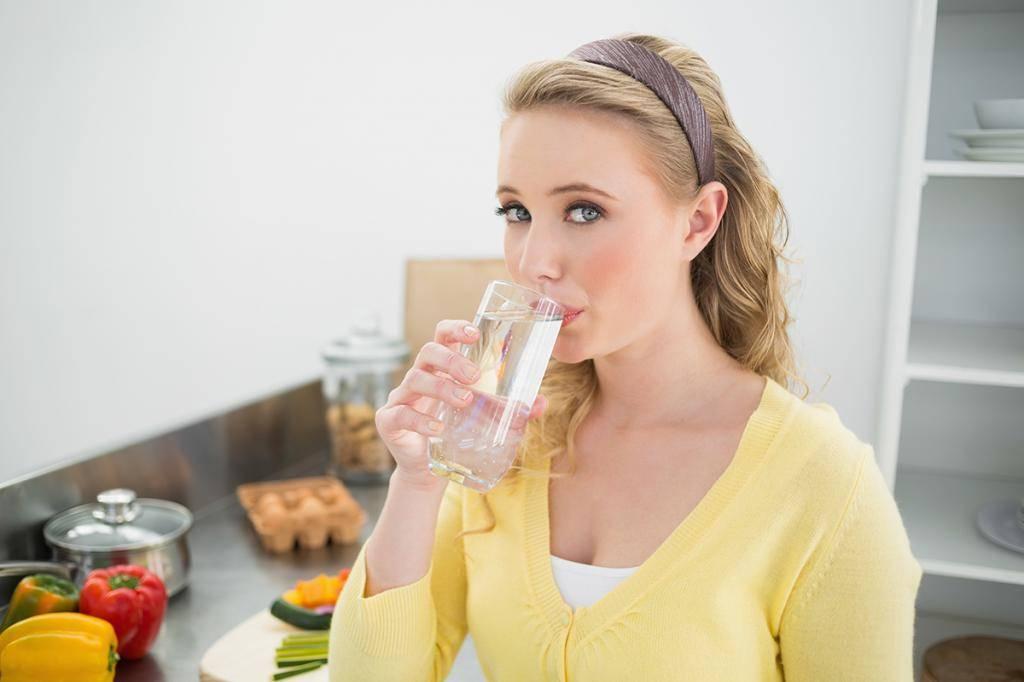 Можно ли пить воду во время еды или нельзя, и почему?