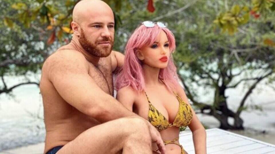 У женатого на секс-кукле бодибилдера из казахстана сломалась супруга