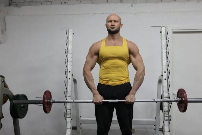 Тяга штанги к подбородку узким хватом / упражнения для женщин