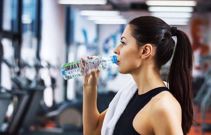 Можно ли пить воду во время тренировки и почему: влияние на похудение, набор мышечной массы