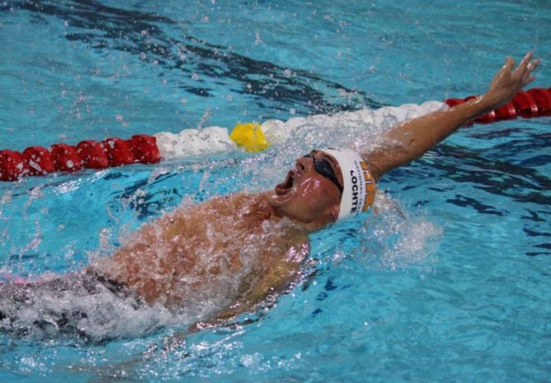 Плавание для позвоночника: польза упражнений в воде и противопоказания