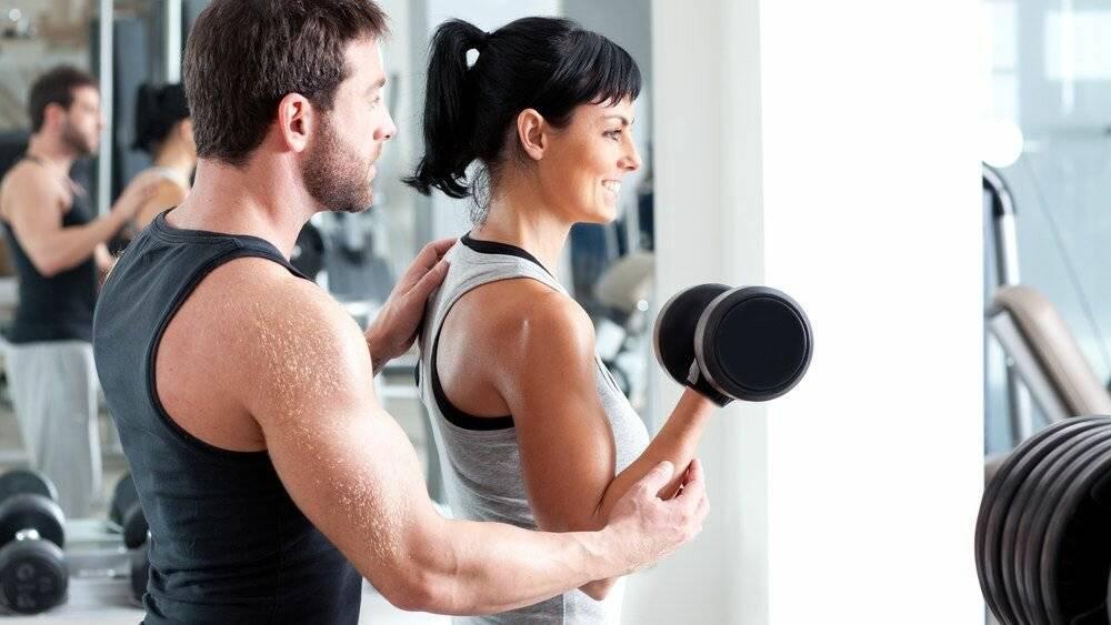 Как правильно заниматься в тренажерном зале девушкам и мужчинам: комплекс упражнений