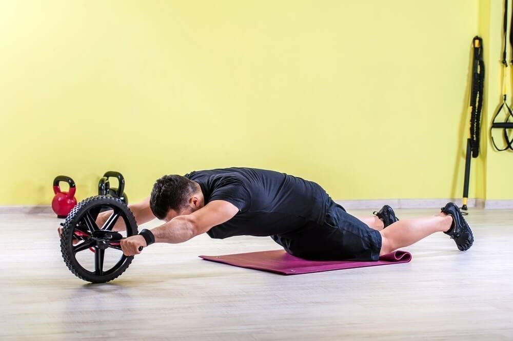 Упражнения для пресса с роликом для женщин и мужчин