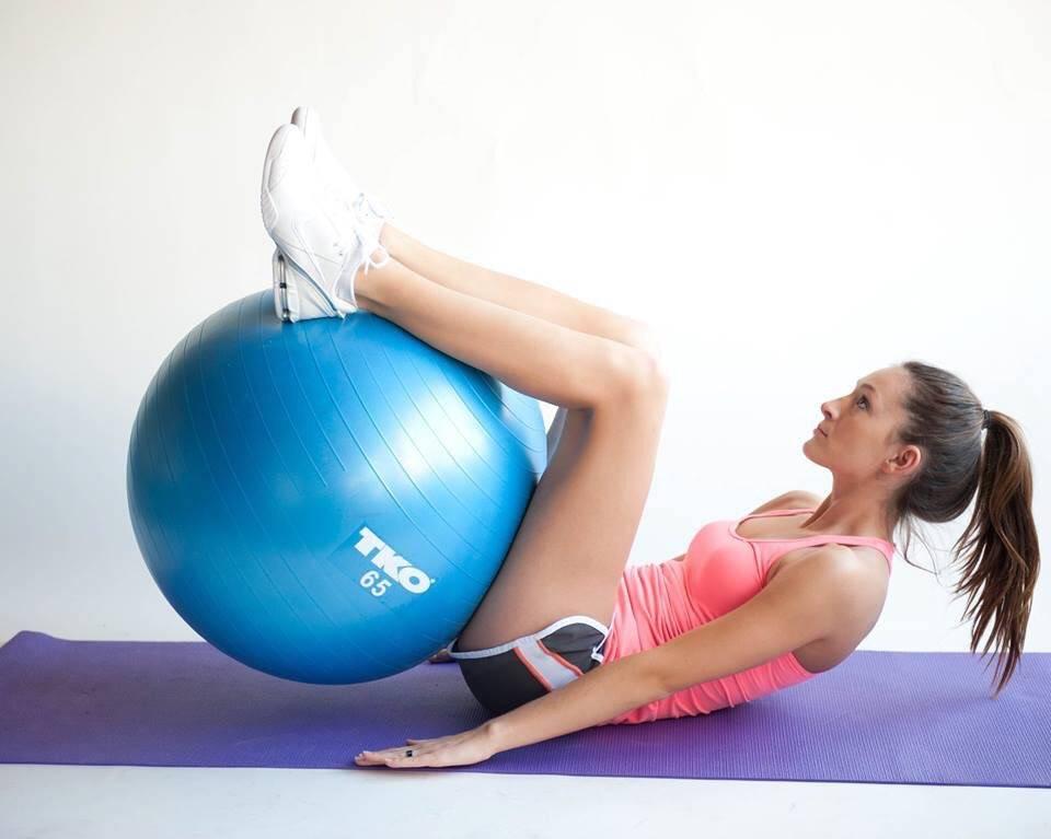 Как накачать попу на фитболе: упражнения для ягодиц на мяче   adrenalin-sport.ru