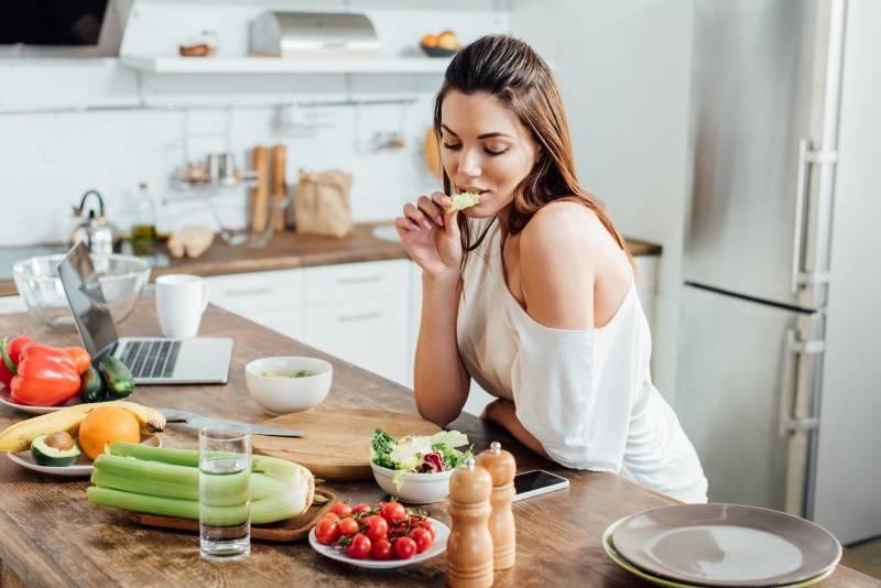 Можно ли запивать еду на самом деле: мнение гастроэнтеролога
