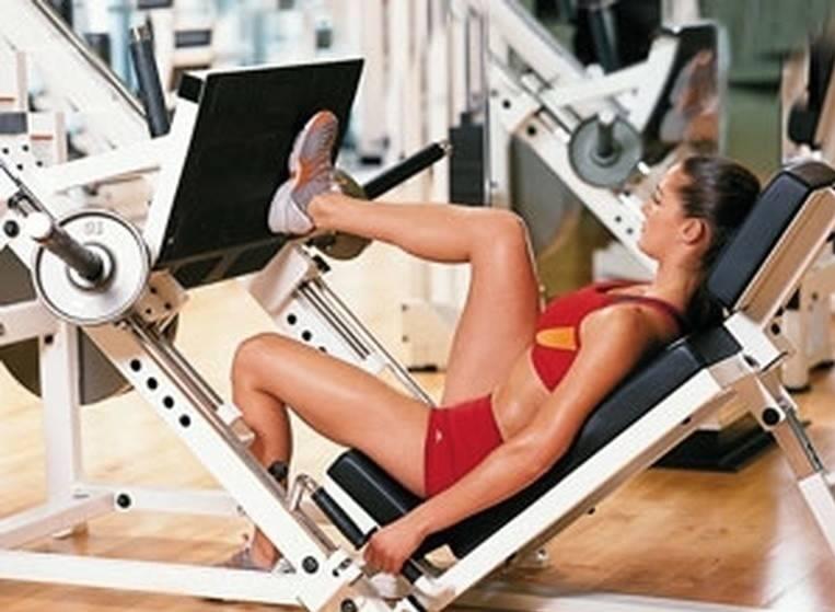 Жим ногами сидя в тренажере: техника выполнения горизонтального жима ногами