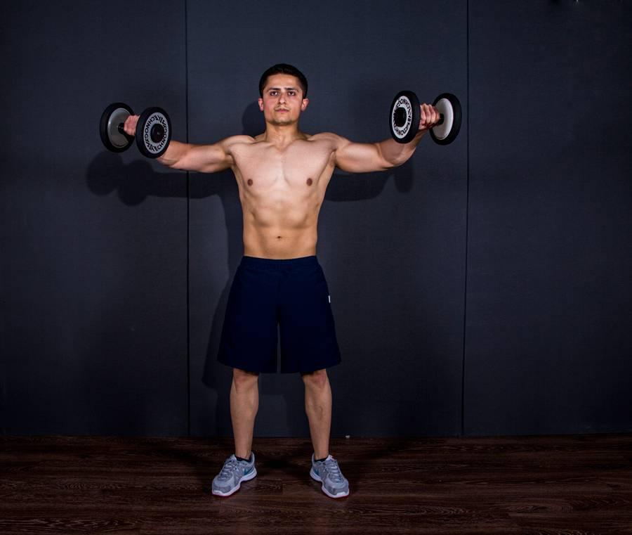 Махи гантелями сидя: техника выполнения, какие мышцы работают