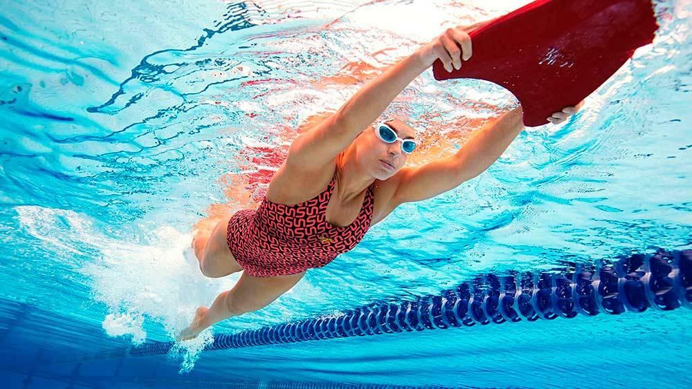 Как правильно плавать в бассейне для позвоночника: упражнения в воде