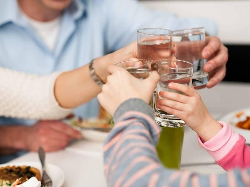 Можно ли запивать еду на самом деле: ответ гастроэнтеролога