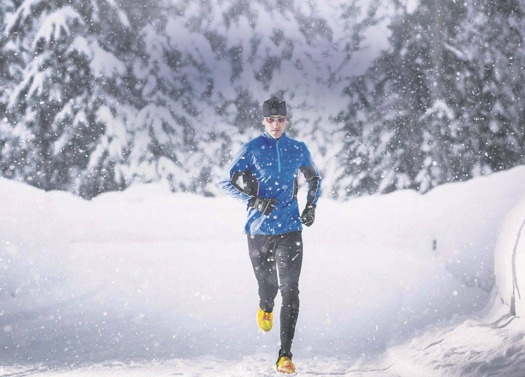 Где, как и в чем бегать по улице зимой – рассказывает тренер