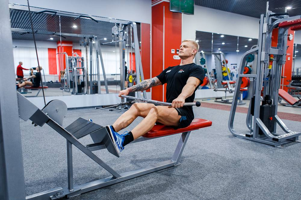 Упражнение горизонтальная тяга в блочном тренажере
