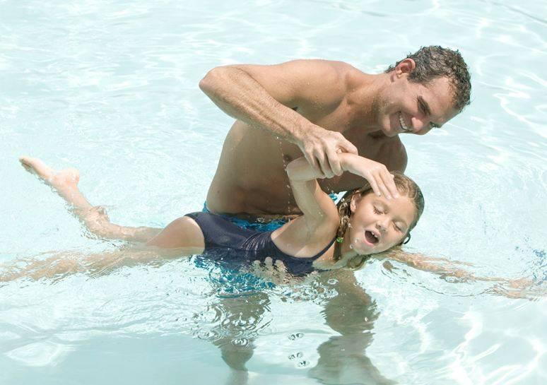 Болит спина после бассейна: причины и лечение