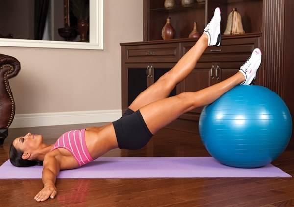 Фитнес-тренер назвала топ-5 упражнений для ягодиц в условиях самоизоляции