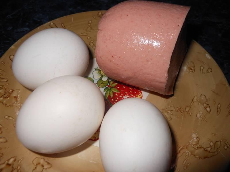 Яичница с колбасой – 8 оригинальных рецептов