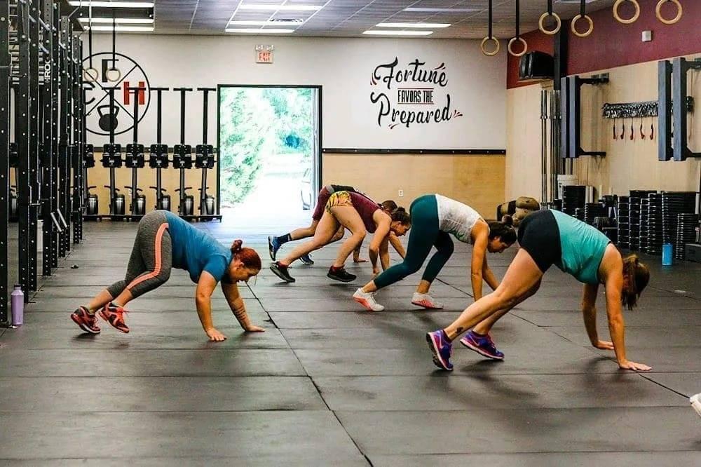Кроссфит для девушек: что такое, программа тренировк для начинающих дома и в зале, отзывы и результаты женщин