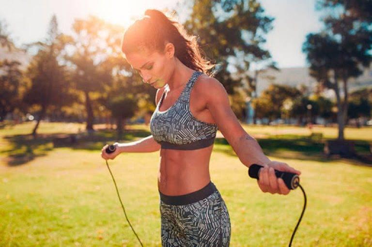 Можно ли тренироваться вечером: качаться, делать упражнения