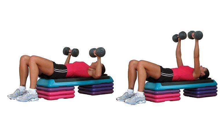 Эффективные упражнения на пресс с гантелями для женщин и мужчин