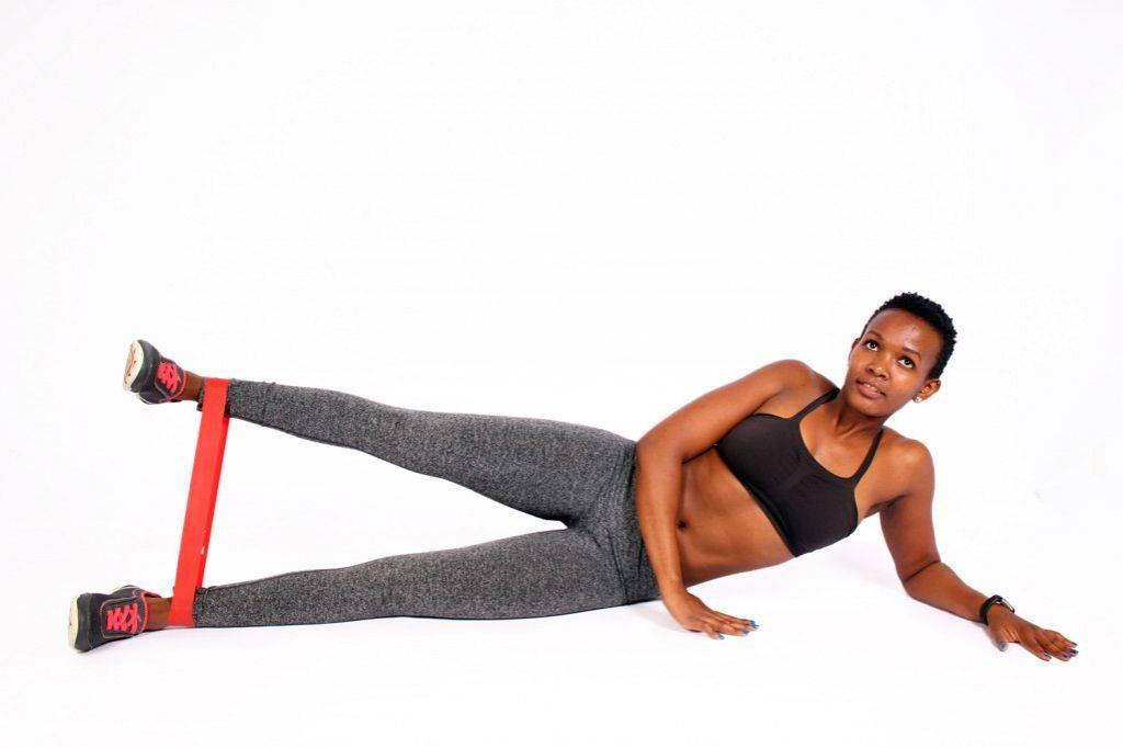 Эффективные упражнения для тренировки ног и ягодиц с фитнес-резинкой