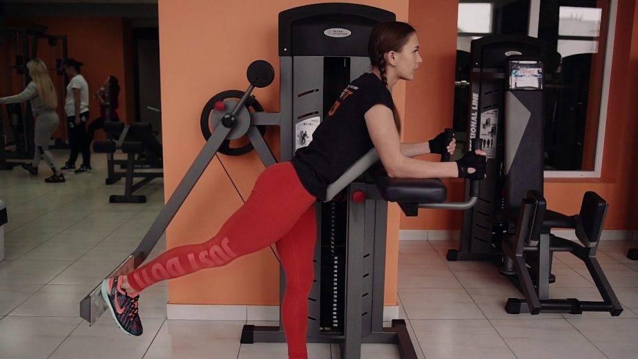 Махи ногой назад стоя (отведение ноги назад) | power-body.ru
