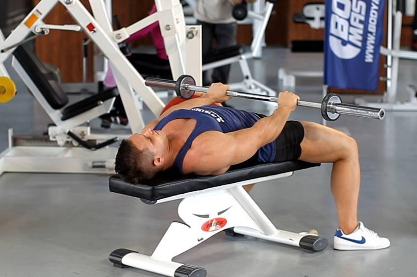 Пуловер с гантелью лежа на горизонтальной скамье: какие мышцы работают, техника выполнения, видео