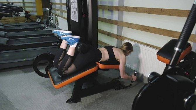 Сгибание ног в тренажере лежа и сидя, особенности, правильная техника