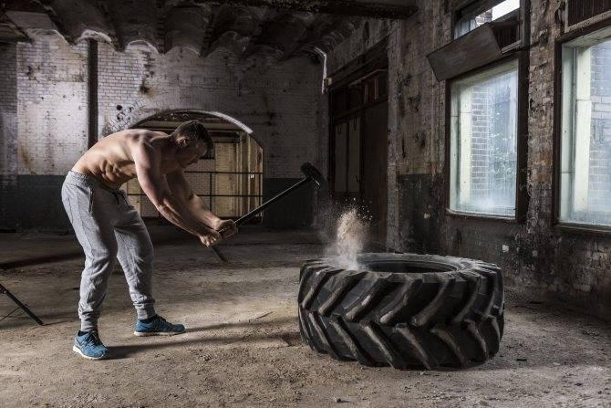 Упражнения с кувалдой и покрышкой польза и вред - izitip.ru