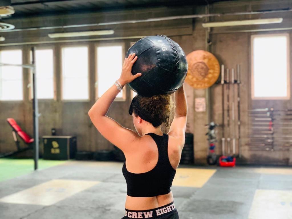 Кроссфит для девушек и женщин, упражнения и программы тренировок (wod) с фото, для похудения