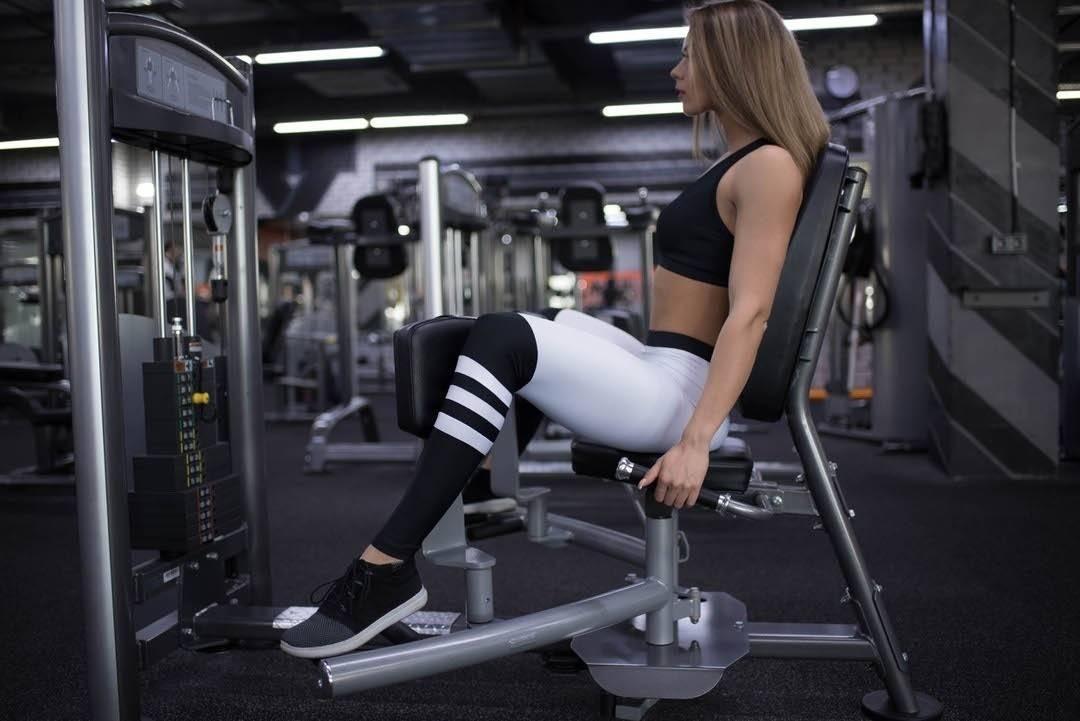 Разведение ног в тренажере сидя: видео и фото упражнения