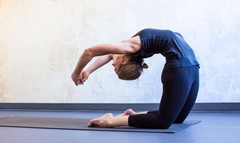 Раскройте тазобедренные суставы вместе с раджакапотасаной, позой королевского голубя в йоге